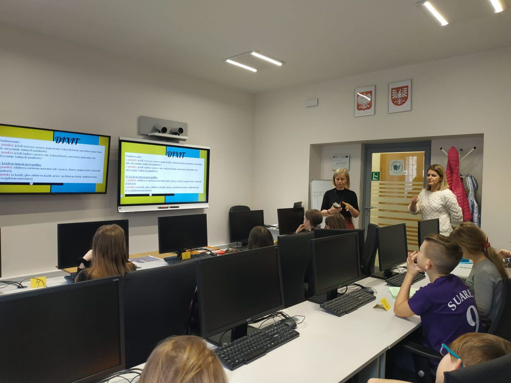 Uczniowie na lekcji wykonują ćwiczenie z tablicy multimedialnej